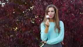 Mulher que come o gelado em Autumn Park vídeos de arquivo