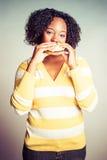 Mulher que come o Hamburger imagens de stock royalty free