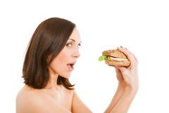 Mulher que come o hamburguer Foto de Stock