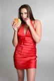 Mulher que come o hamburguer imagem de stock royalty free