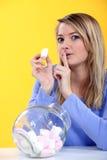 Mulher que come o marshmallow Fotografia de Stock