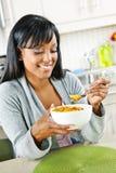 Mulher que come o pequeno almoço Fotografia de Stock Royalty Free