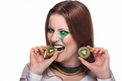 Mulher que come o quivi Fotos de Stock Royalty Free