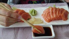 Mulher que come o sashimi dos salmões vídeos de arquivo