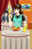 Mulher que come panquecas do fruto Imagem de Stock