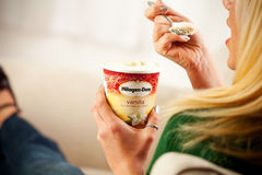 Mulher que come a pinta do creme de Haagen-Dazs Vanilla Ice Imagens de Stock Royalty Free