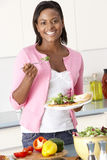 Mulher que come a refeição na cozinha Imagens de Stock