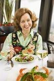 Mulher que come a salada. Foto de Stock Royalty Free
