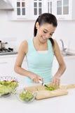 Mulher que come a salada saudável fotos de stock