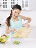 Mulher que come a salada saudável imagens de stock