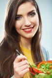 Mulher que come a salada verde O fim fêmea do modelo acima do estúdio da cara é Imagem de Stock