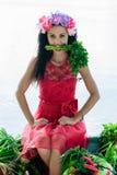Mulher que come a salsa que senta-se no barco Fotografia de Stock Royalty Free