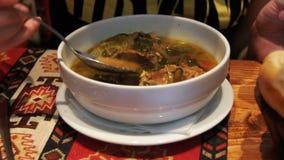 Mulher que come a sopa da carne de carneiro no restaurante Sopa de Piti, prato do nacional de Azerbaijão filme