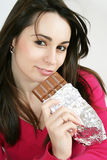 Mulher que come um chocolate Fotografia de Stock Royalty Free