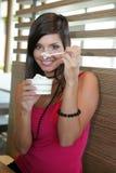 Mulher que come um gelado. Imagens de Stock