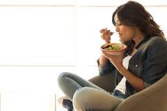 Mulher que come uma bacia saudável imagens de stock royalty free