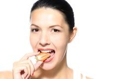 Mulher que come uma morango vermelha madura gostoso Fotografia de Stock