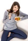 Mulher que come uma salada de fruto fotos de stock