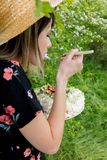 Mulher que come uma torta de creme em exterior foto de stock