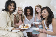 Mulher que comemora o chuveiro nupcial com amigos Foto de Stock