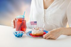 Mulher que comemora o Dia da Independência americano Fotos de Stock