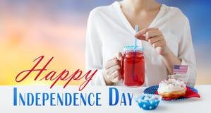 Mulher que comemora o Dia da Independência americano Imagem de Stock