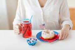 Mulher que comemora o Dia da Independência americano Fotos de Stock Royalty Free