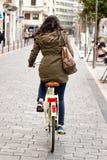 Mulher que completa o ciclo a rua Fotografia de Stock Royalty Free