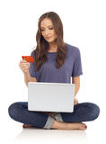 Mulher que compra em linha foto de stock royalty free