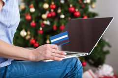 Mulher que compra em linha com o cartão de crédito o Natal Fotografia de Stock Royalty Free