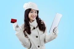 Mulher que compra em linha com tabuleta Imagens de Stock
