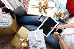 Mulher que compra em linha com um cartão de crédito fotos de stock royalty free