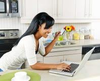 Mulher que compra em linha em casa Imagens de Stock Royalty Free