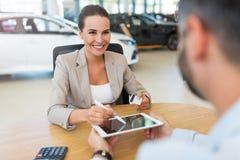 Mulher que compra um carro novo Imagens de Stock