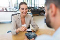 Mulher que compra um carro novo Foto de Stock Royalty Free