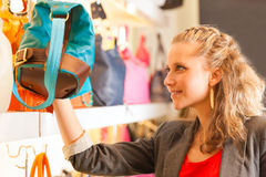 Mulher que compra um saco na alameda Fotos de Stock
