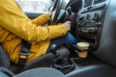 Mulher que conduz com coffie imagens de stock royalty free