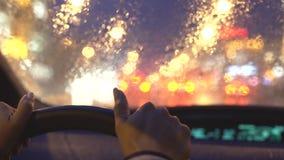 Mulher que conduz em uma chuva pesada na cidade vídeos de arquivo