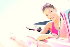 Mulher que conduz o carro convertível retro do vintage Fotografia de Stock Royalty Free