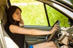 Mulher que conduz o carro Curso da viagem das férias de verão Fotos de Stock Royalty Free