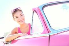 Mulher que conduz o carro do vintage Imagem de Stock