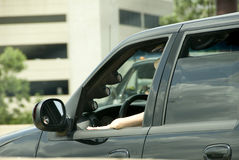Mulher que conduz SUV Fotografia de Stock