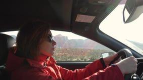 Mulher que conduz um carro video estoque