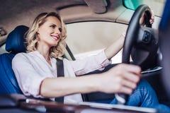 Mulher que conduz um carro fotografia de stock