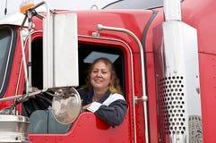 Mulher que conduz um veículo com rodas dezoito fotografia de stock royalty free