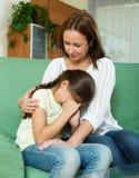 Mulher que consola a filha de grito imagem de stock royalty free