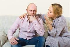Mulher que consola homens tristes Fotos de Stock Royalty Free