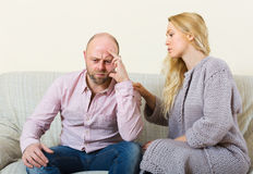 Mulher que consola homens tristes Imagens de Stock Royalty Free