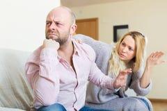 Mulher que consola homens tristes Fotografia de Stock