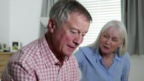 Mulher que consola o homem com depressão em casa video estoque